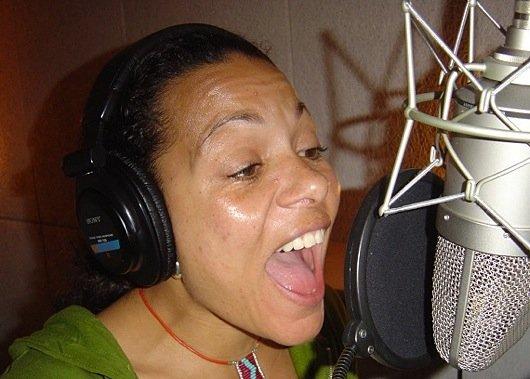 Caroline Dest von Soulvation während der Aufnahme eines Jingle Updates für 3FM