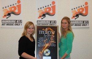 ENERGY Hamburg Moderatorinnen Kathrin und Anna mit dem Platinalbum zu Ayo Technology von Milow