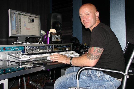 PURE Jingles-Sound Designer Jean Paul van Druten beim Mix im Studio