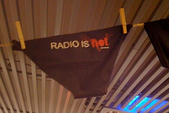 "Radiobegeisterung made in Slowenien: Lanja Papp vom slowenischen ""Radio Advertising Bureau"" verkauft Dessous mit ""Radio is hot""-Slogan"
