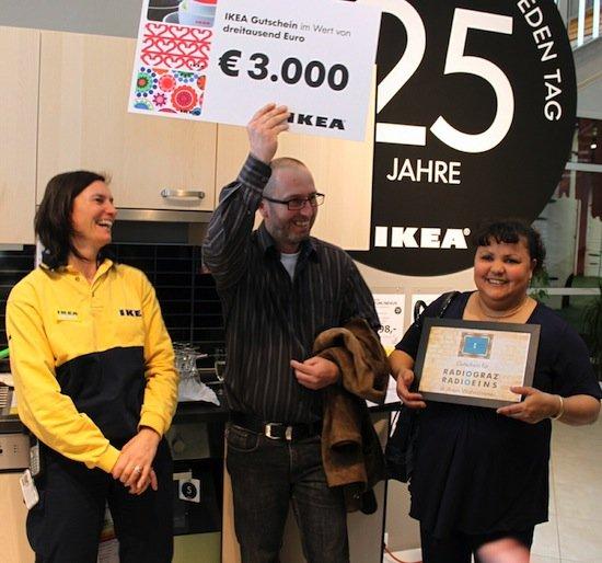 KEA Graz Geschäftsführerin Karin Fagotte mit den glücklichen Gewinnern IHRES eigenen Radiosenders Eva und Edmund Trausnegger