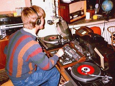 Jason James im Studio von Radio Paradise (Dezember 1989)