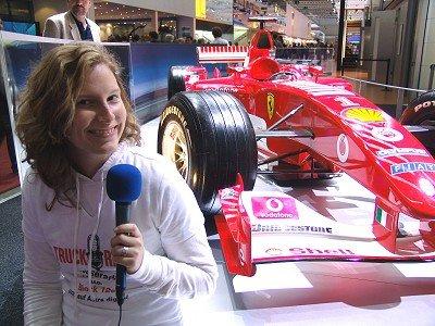 Truckradio-Volontärin Stefanie Franz mit Formel1-Renner