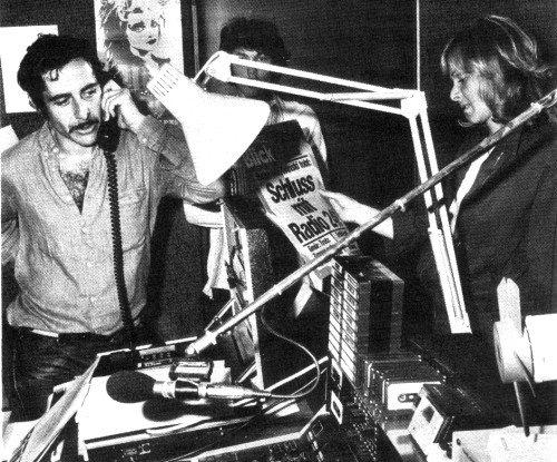"""Roger Schawinski und seine Mitarbeiter im Studio erhalten gerade die Hiobsbotschaft """"Schluß mit Radio 24"""" am 05.10.1980 (Foto: Theo Dencker)"""