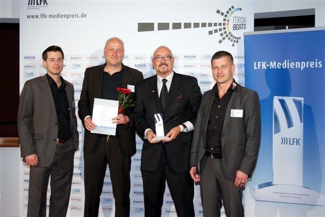 DONAU 3 FM freut sich über den LFK-Medienpreis: Programmleiter David Rohde, Gewinner Jojo Riedel, Geschäftsführer Carlheinz Gern, Marketingleiter Stephan Huber (v.l.n.r.)