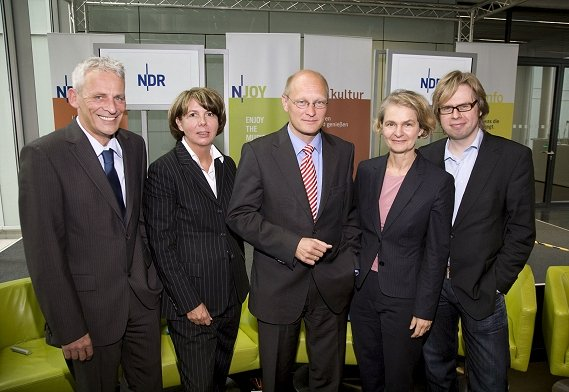 v.l.n.r.: Torsten Engel (NDR 2), Barbara Mirow (NDR Kultur), Joachim Knuth (Programmdirektor NDR Hörfunk), Claudia Spiewak (NDR Info) und Norbert Grundei (N-JOY)