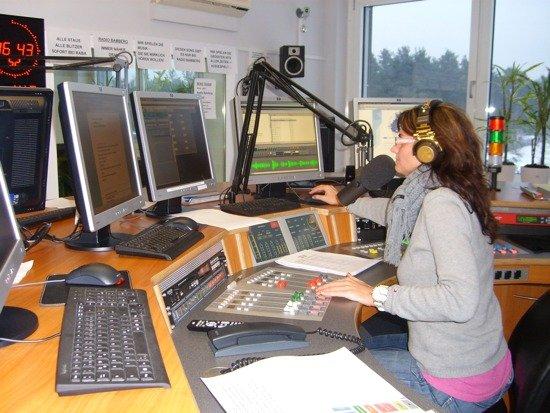 Moderatorin Tanja Schweigert im Studio von Radio Bamberg