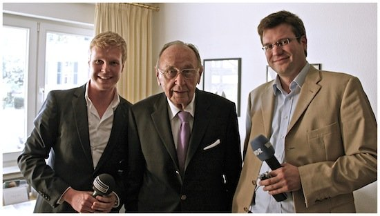 Der Politiker und langjährige Bundes-Außenminister Hans-Dietrich Genscher mit Tobias Häusler (Radio NRW, li.) und Henning Hübert (WDR Bonn)