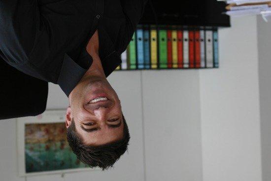 DIE NEUE 107.7-Geschäftsführer Dirk Ullmann auf dem Kopf
