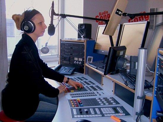 Moderatorin Arlette Drexler im Studio von Radio Gong 96.3
