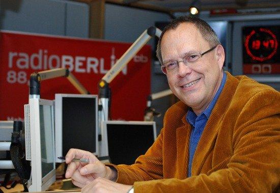 """Hey Music""-Moderator Jürgen Jürgens im radioBerlin 88,8-Studio (Bild: rbb/Hanna Lippmann)"