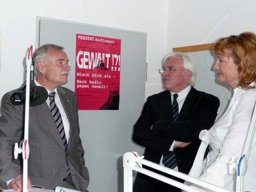 Wirtschaftsminister Jürgen Seidel mit Moderatoren von NB-Radiotreff