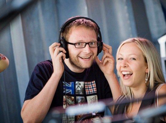 """Alex Buchwald (r.) und Sissy Metzschke (r.) moderieren sie die Sendung """"Die Sputniker am Morgen"""""""
