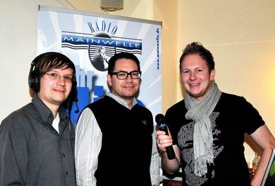 Andi Ender von Radio Mainwelle, Tvb-Chef Markus Kofler und Moderator Bernd Rasser live aus Kramsach. (Bild: Grießenböck)