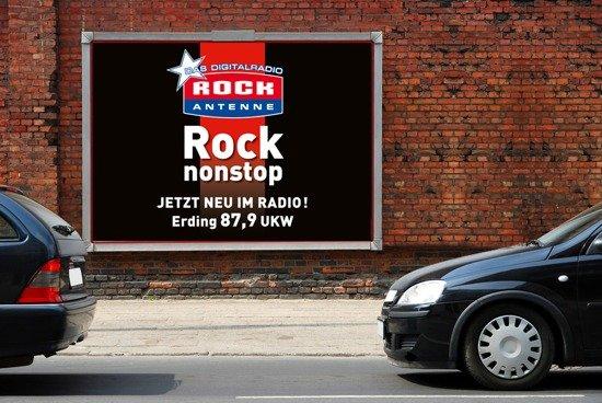"""Mit dem Titel """"Rock nonstop"""" lädt ROCK ANTENNE neue Hörer zum Einschalten auf den neuen Frequenzen ein."""