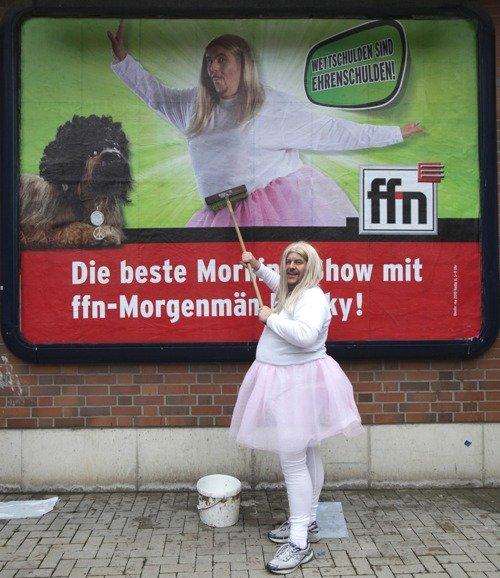 Wettschulden sind Ehrenschulden: Franky ziert im Tutu niedersächsische Plakatflächen und klebt ein Plakat selbst im Originalkostüm!