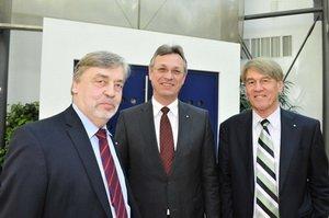 v.li. Dr. Erich Jooß, Vorsitzender des Medienrats; Siegfried Schneider, neu gewählter BLM-Präsident und Prof. Dr. Wolf-Dieter Ring, noch amtierender und langjähriger BLM-Präsident