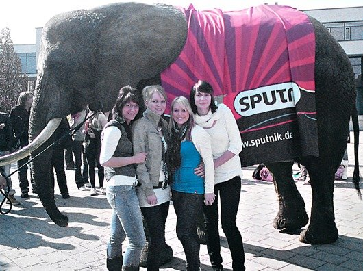 Elefant Mala mit SPUTNIK-Hörerinnen aus Dessau (Bild: www.sputnik.de)