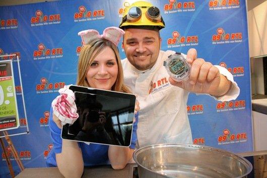 """Jule und Chriz Rock können das unglaubliche Ergebnis des """"Ei-Pad-Kochtests"""" selbst kaum glauben."""