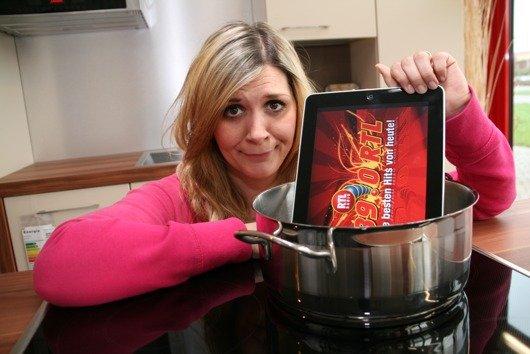 89.0 RTL Morningshow-Moderatorin Jule hält schon alle Utensilien bereit und ist gespannt auf das Ergebnis des verrückten iPad-Koch-Experiments.