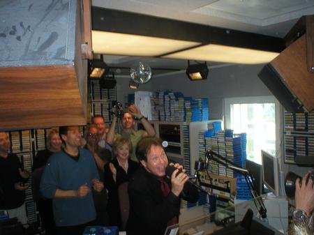 Family and Friends verabschieden Rick Dees im Studio von 102.7 KIIS FM am 10.02.04