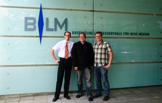 Die Verantwortlichen von AllgäuHIT vor dem Gebäude der Bayerischen Landeszentrale für neue Medien. v.l.n.r.: Fabian Schmid (Marketingleiter), Thomas Häuslinger (Programmchef), Marcus Baumann (Programmchef).