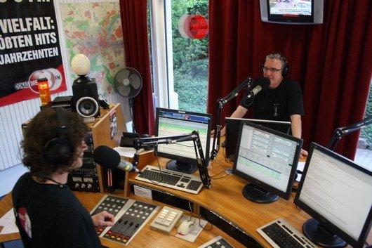 Neu-Ulms Oberbürgermeister Gerold Noerenberg als Moderator der DONAU 3 FM-Morningshow. Daneben Felix aus der DONAU 3 FM-Morningshow.