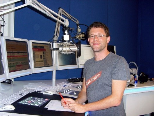 Moderator David Karasek im Studio von Radio 1