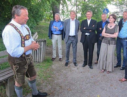 Der 1. Bürgermeister von Bernried, Josef Steigenberger (links), begrüßt die VBL-Mitglieder mit Prof. Dr. Wolf-Dieter Ring (3. v.l.) ganz herzlich. (©VBL)