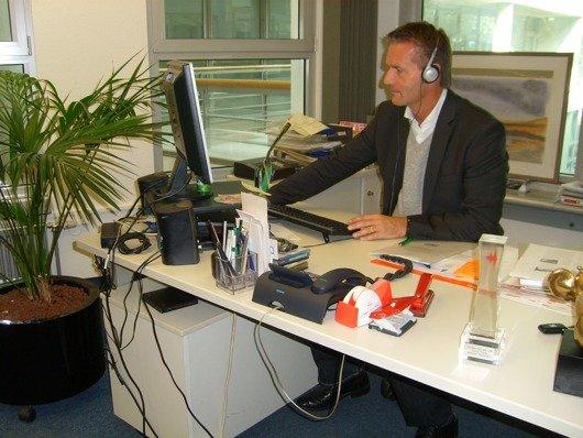 Chefredakteur Michael Mennicken an seinem Schreibtisch