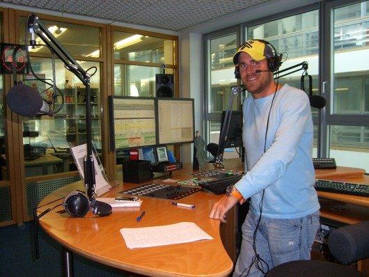 Moderator Dennis Lieske im Studio von Antenne Düsseldorf (Bild: Hendrik Leuker)