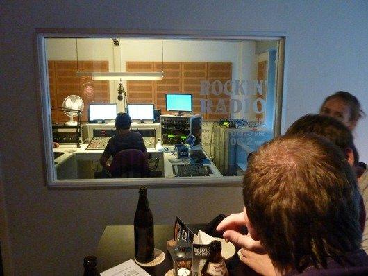 Blick vom Kneipentisch ins Studio von Rockin´Radio