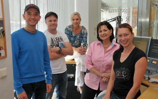 Radio Grün Weiß-Geschäftsführerin Kordula mit ihrem Team im Studio