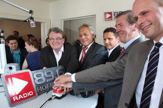Der Startkopf wurde um 15.25 Uhr gedrückt zusammen mit mehreren prominenten Gästen wie Oberbürgermeister Karlheinz Schöner, Landrat Clemens Lindemann und Dr. Gerd Bauer, Direktor der Landesmedienanstalt.
