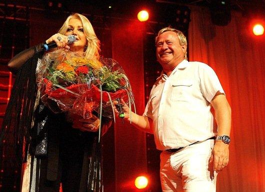 Für ihren mitreißenden Auftritt bekam Bonnie Tyler Blumen von Radio F-Morgenmoderator Michael Becker