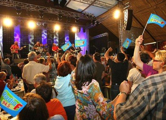 Fast 2000 Ehrengäste, Freunde und Fans feierten bei der Radio F-Jubiläumsgala im restlos ausverkauften Oxenzelt auf dem Volksfestplatz