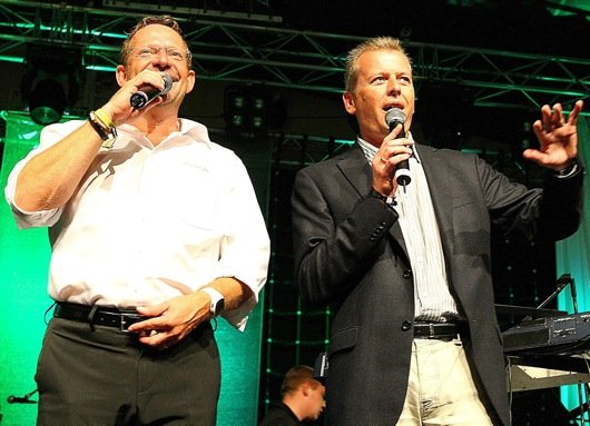 Auch Oberbürgermeister Ulrich Maly schaute im Oxenzelt vorbei und gratulierte dem Team von Radio F-Chef Michi Lein