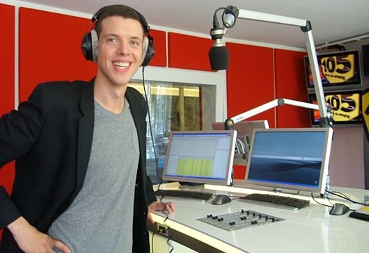 Morgenmoderator und Programmleiter Jan Müller im Studio von Radio 105