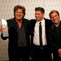 """Andreas Altenburg und Harald Wehmeier (NDR 2), Preisträger """"Beste Comedy"""", mit Laudator Tim Mälzer (Bild: NDR/Andreas Rehmann)"""