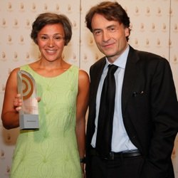 """Kathrin Erdmann (NDR Info), Siegerin in der Kategorie """"Beste Reportage"""", mit Laudator Giovanni di Lorenzo (Bild: NDR/Andreas Rehmann)"""