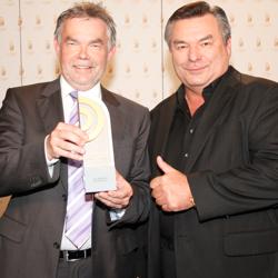 Manfred Breuckmann, Gewinner des Sonderpreises des Beirats, mit Laudator Waldemar Hartmann (Bild: NDR/Andreas Rehmann)