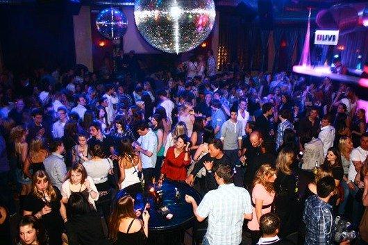 Tanzen, bis der Arzt kommt: Aachen verwandelt sich zur ultimativen Partymeile. (Bild: WDR)