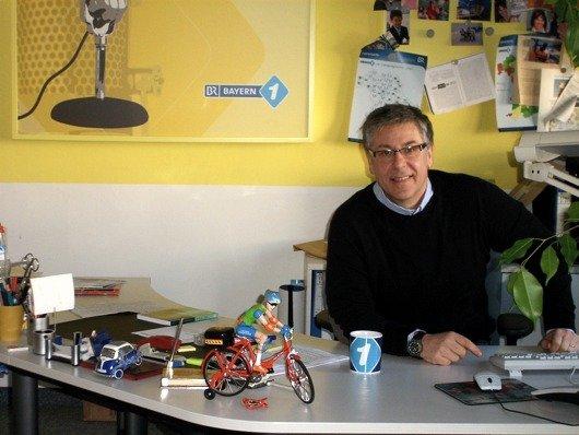 Bayern 1-Programmleiter Maximilian Berg an seinem Schreibtisch (Bild: Hendrik Leuker)