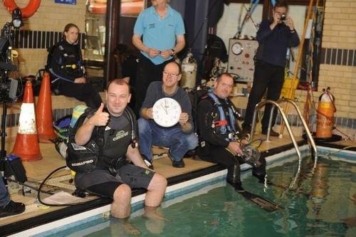 Simon Clarke schafft den Unterwasser-Radioshow-Weltrekord