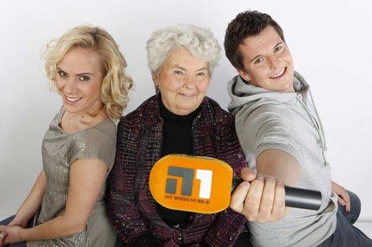 Flo und Lola bringen auch die bei den Hörern äußerst beliebte Oma von Flo mit zu Hit Radio N1(Bild: Hitradio N1)