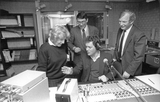 Ellinor Holland (Herausgeberin der Augsburger Allgemeine), Gründungsgeschäftsführer Jürgen Bartel und Werner Mittermaier sowie Moderator Patrick Krebitz, 1987 kurz nach Sendestart im Studio