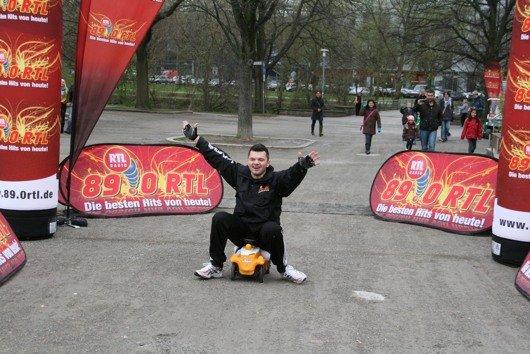 Marco ist mit seinem Bobbycar im  Ziel (Bild: 89.0 RTL)