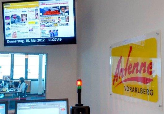 Alles im Blick auf dem großen Info-Monitor im neuen Studio