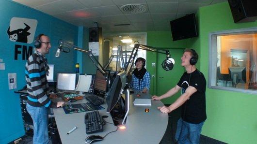Die Wachmacher von FM1, mit Morgenmoderator Yves Keller, Sidekick Rosie Hörler und dem Morgenpraktikanten Joe (Bild: FM1)