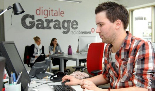 """Teja Adams gehört zur Ideenschmiede """"Digitale Garage"""" bei Radio Bremen. (© Radio Bremen)"""